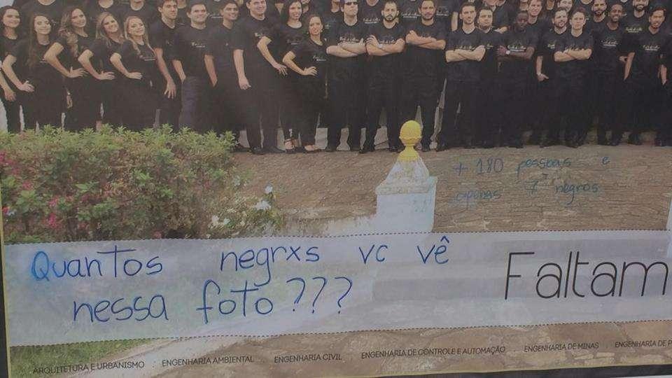 """Banner que homenageia formandos da Escola de Minas da UFOP é pichado com a frase """"Quantos negrxs vc vê nessa foto???"""" e o fato gera grande repercussão"""