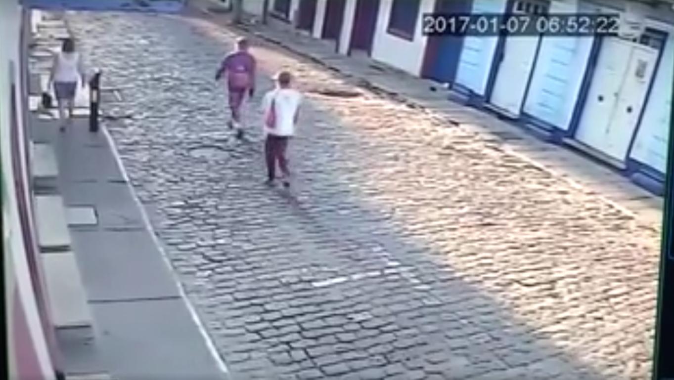 Câmera flagra assalto em plena manhã na Rua Direita em Mariana