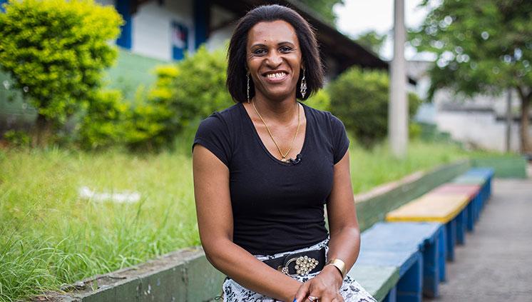 Primeira diretora transexual dirige escola em São Paulo com apoio da comunidade