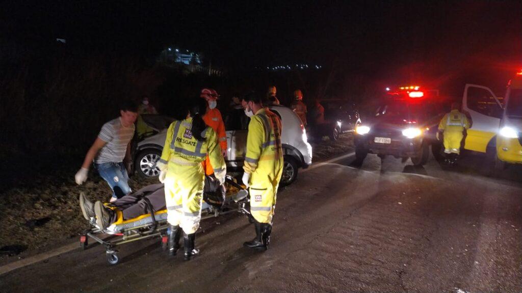 Colisão de dois carros deixa cinco pessoas feridas na BR-040; veja fotos
