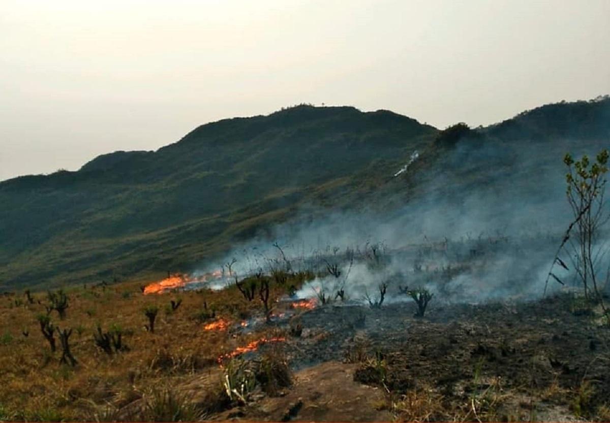 Serra de Ouro Branco sofre incêndio de grandes proporções; veja fotos