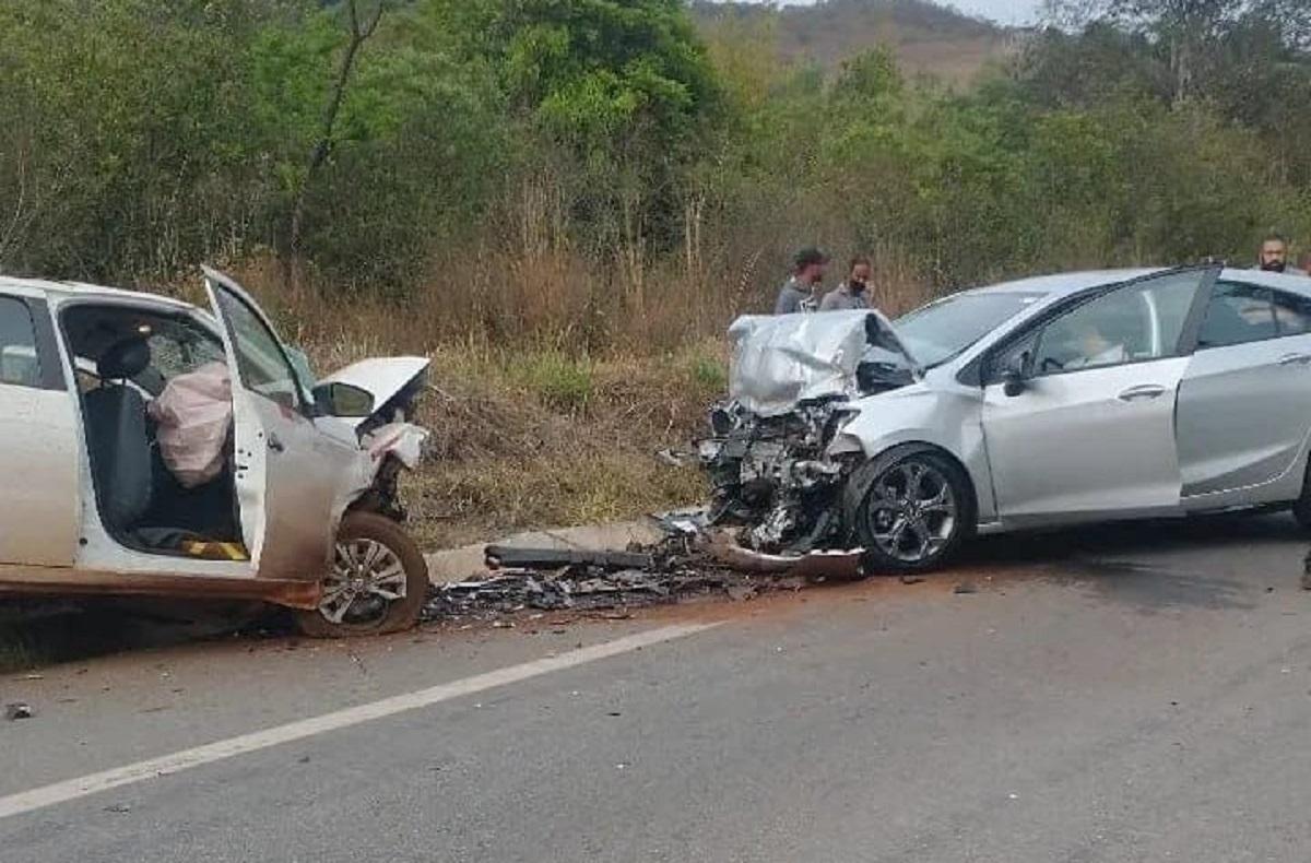 Colisão entre dois carros na BR-356 deixa quatro vítimas com ferimentos leves, em Ouro Preto