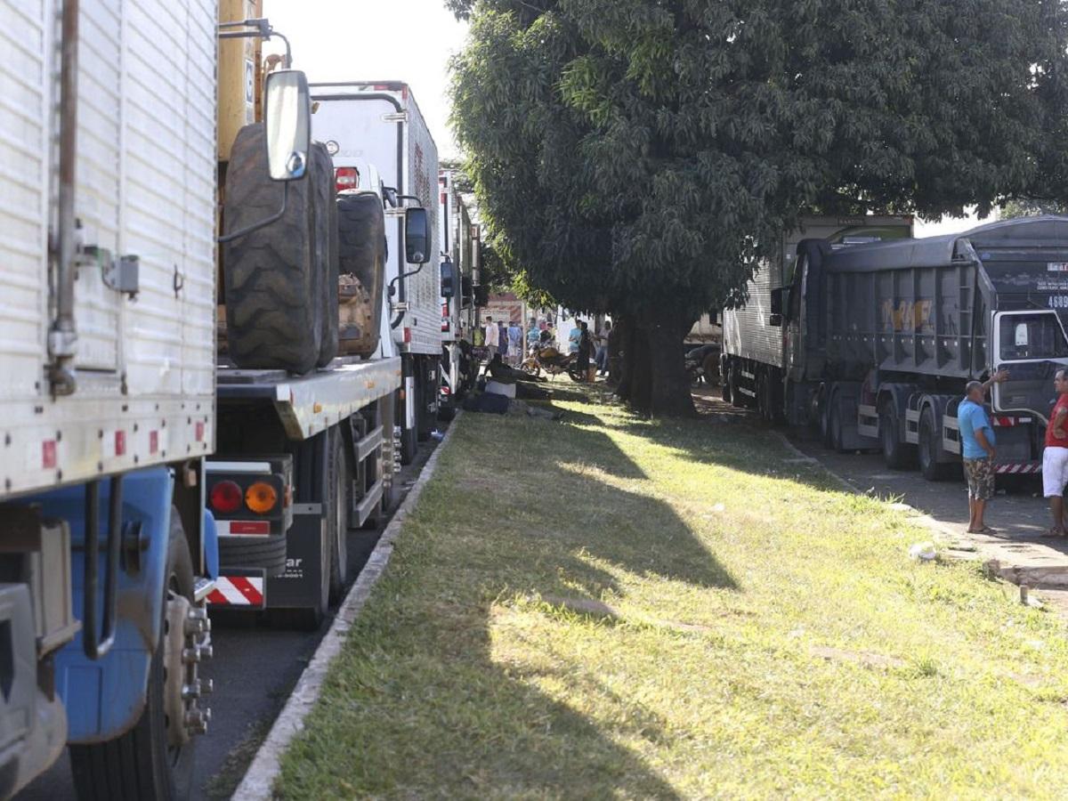Caminhoneiros bloqueiam duas rodovias em Minas Gerais e ameaçam greve