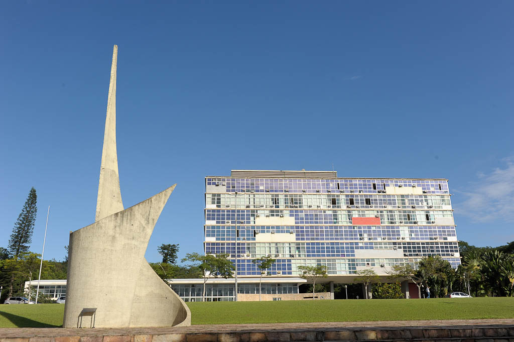 UFMG abre concurso para preencher 15 vagas de técnico administrativo