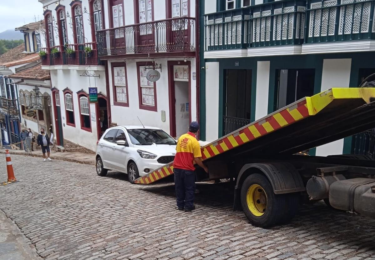 Carro de Belo Horizonte sendo guinchado | Foto: Facebook / Jorge Kassis