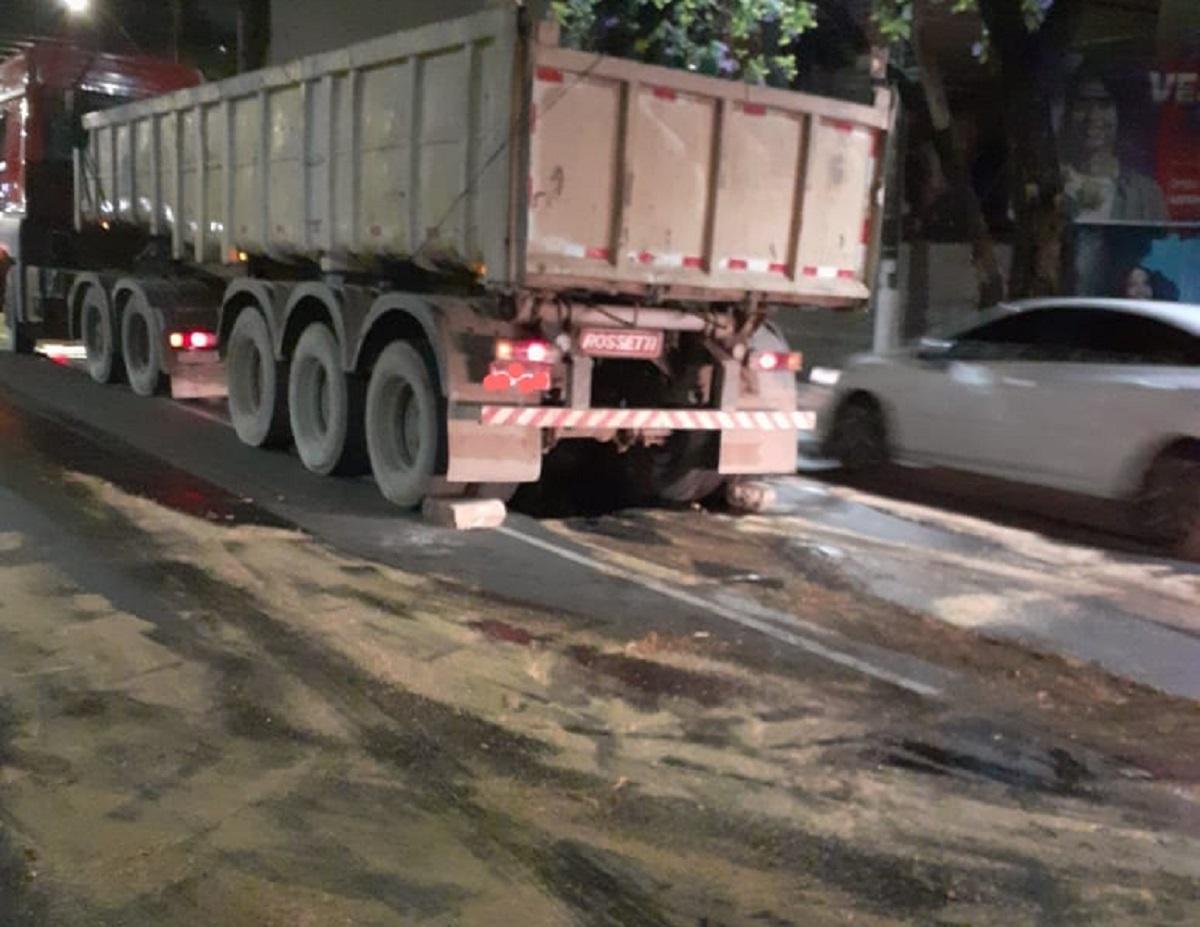 Grande vazamento de óleo afeta trânsito no centro de Conselheiro Lafaiete