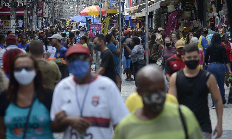 Brasil alcança menor taxa de transmissão da Covid-19, aponta estudo